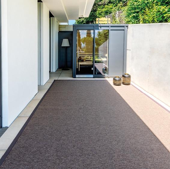 Modernes Haus, Terrasse, Sauna und Teppich