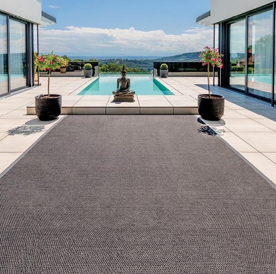 Modernes Haus, Terrasse, Infinity Pool und Teppich