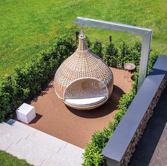 Hängendes Nest, Garten, Teppich, idyllische Atmosphäre.