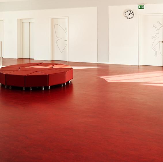 Homogeneous floor coverings in rolls