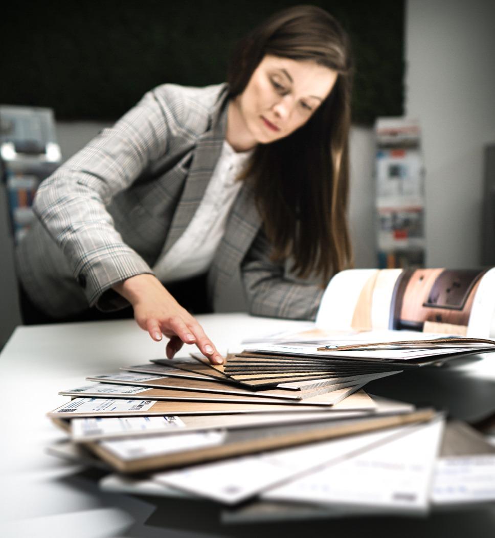 Marketing Managering mit Handfächer